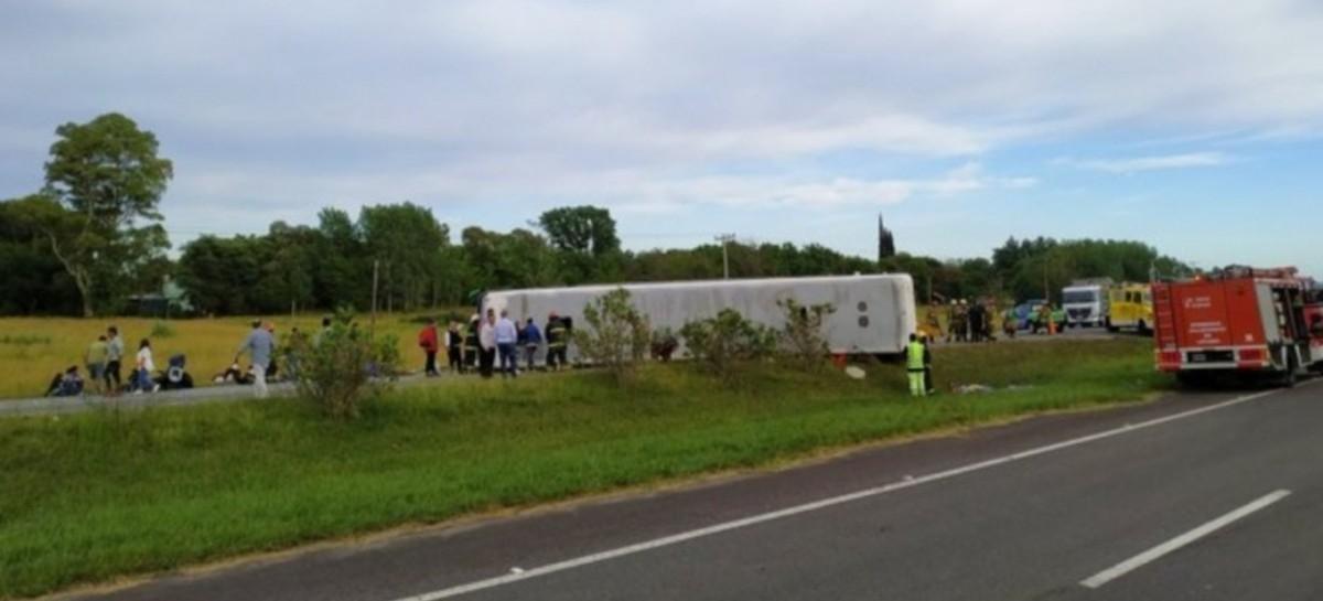 Tragedia en la Ruta 2 a la altura de Lezama: volcó un micro con estudiantes y hay fallecidos