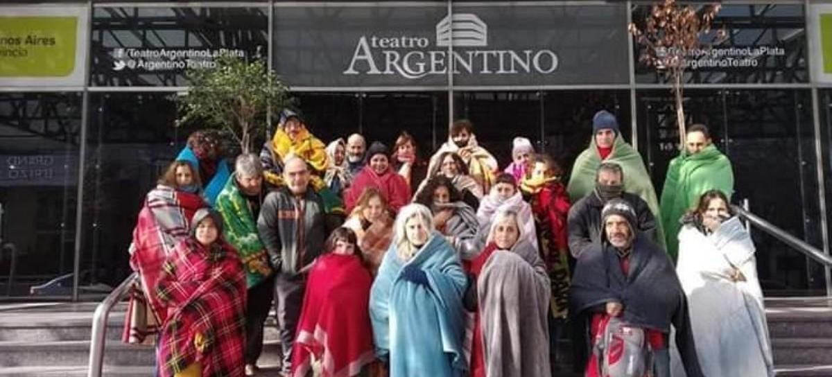 El peor vestuario y la peor cara del Teatro Argentino de La Plata: empleados castigados por el frío