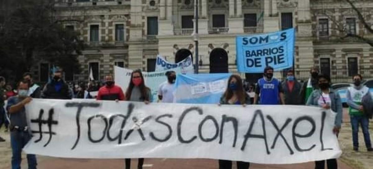 Respaldo a Kicillof del Movimiento Barrios de Pie: hicieron un abrazo al edificio de Gobernación
