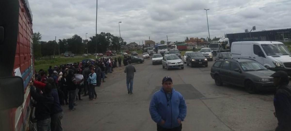 La Plata: Quinteros y camioneros cortan el cruce de Avenida 44 y Ruta 36, en la localidad de Olmos