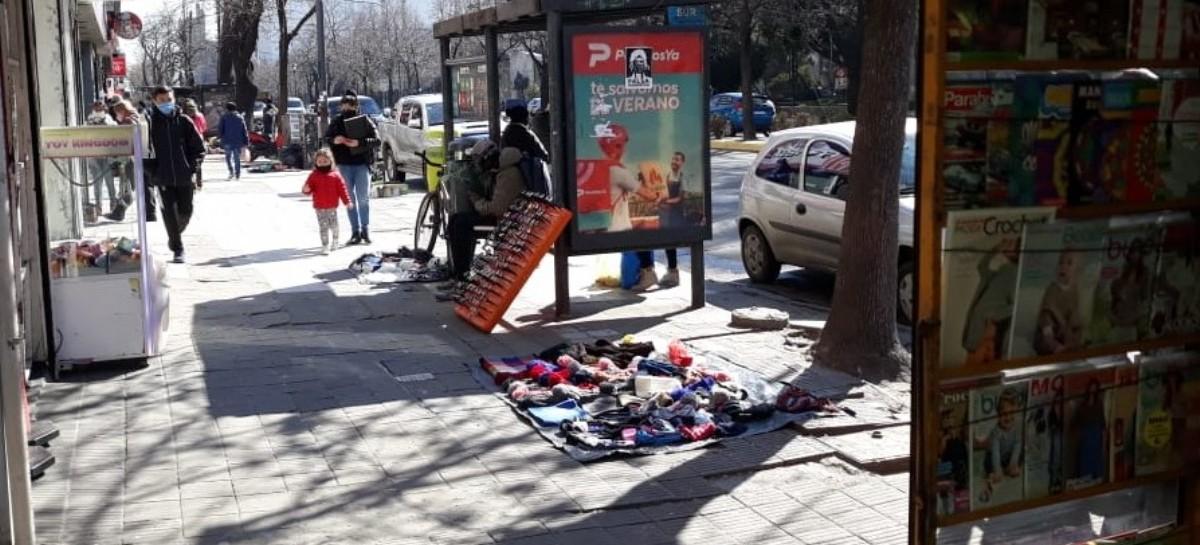 """Volvieron recargados: vendedores ambulantes y """"arbolitos"""" de La Plata coparon las veredas del centro"""