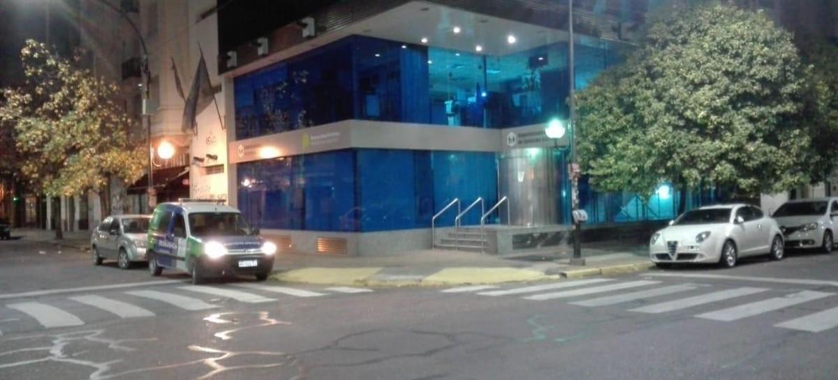 """A raíz de """"algo que no se tenía que saber"""", imponen un """"bozal informativo"""" a policías de La Plata"""