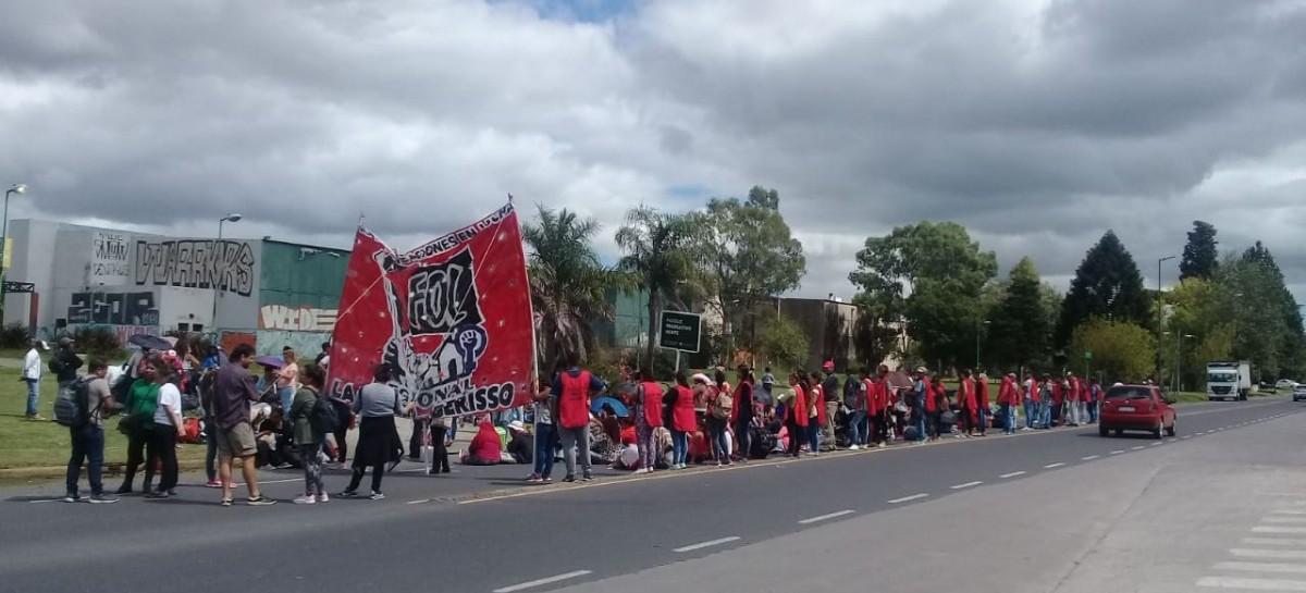 Organizaciones sociales concentraron frente a hipermercado en protesta por la falta de trabajo
