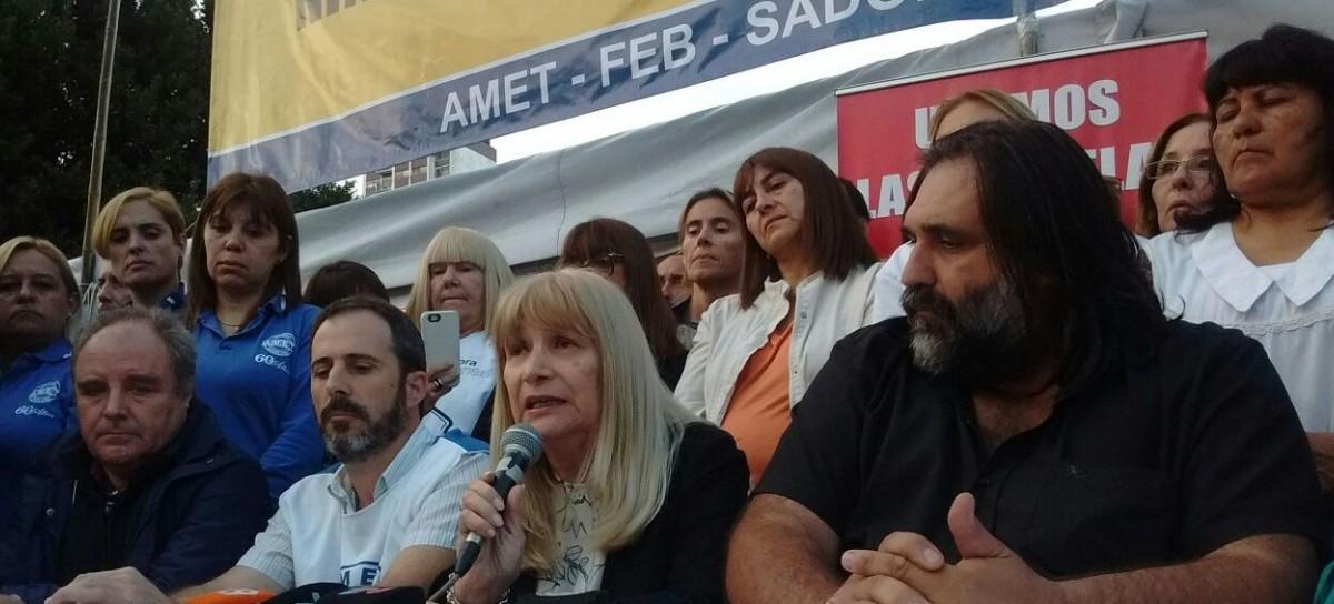 """Para mantener la protesta salarial, los docentes levantaron una """"réplica"""" de la """"Escuela Itinerante"""""""