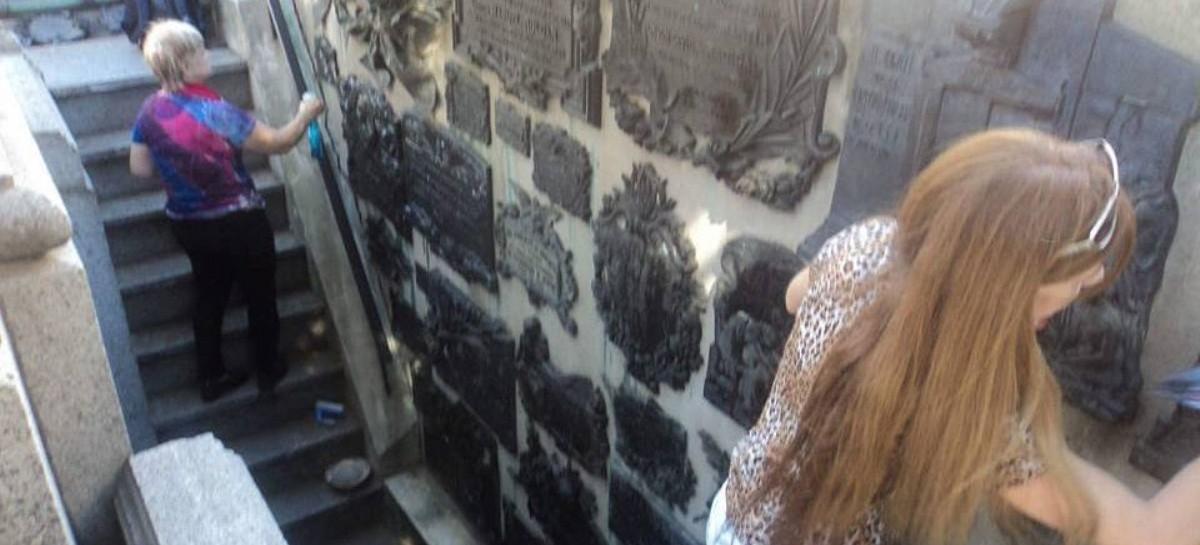La UCR abandonó la casa de Balbín y el Monumento a los Caídos de la Revolución del '90