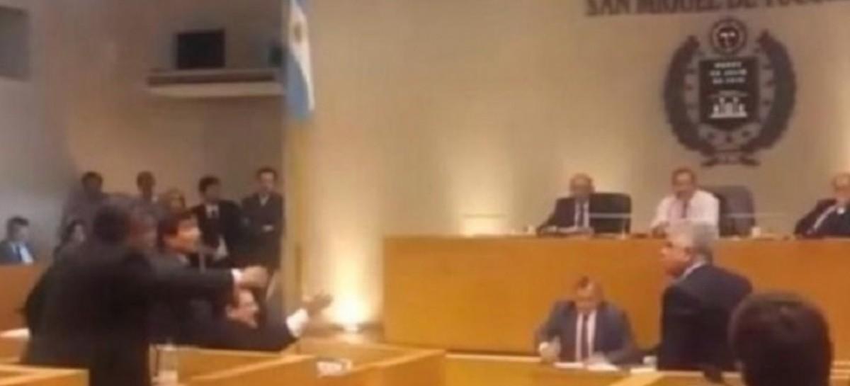 Concejales de Tucumán, a las piñas en plena sesión