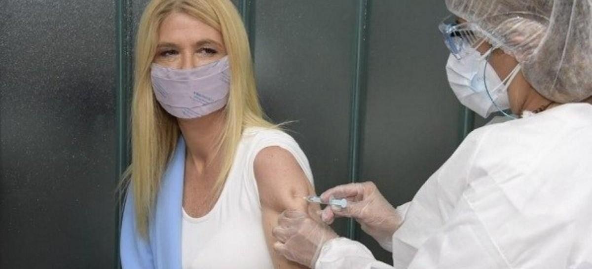 """¿Por qué la sociedad """"naturalizó"""" que se vacunaran el gobernador Axel Kicillof y Verónica Magario?"""