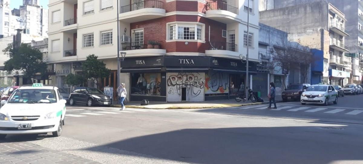 La Plata: persianas a medio abrir, recurso de comerciantes que desafían la cuarentena obligatoria