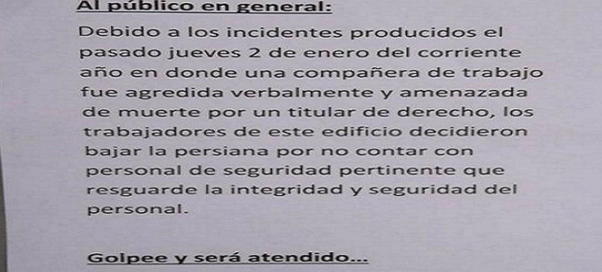 """Un sinónimo urgente: """"Golpee y será atendido"""" dice un cartel colocado por trabajadores amenazados"""