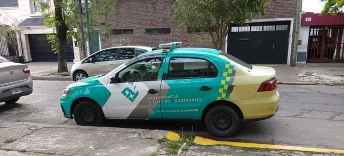 Descontrol urbano en La Plata: vehículo oficial estaciona donde quiere y causa indignación vecinal
