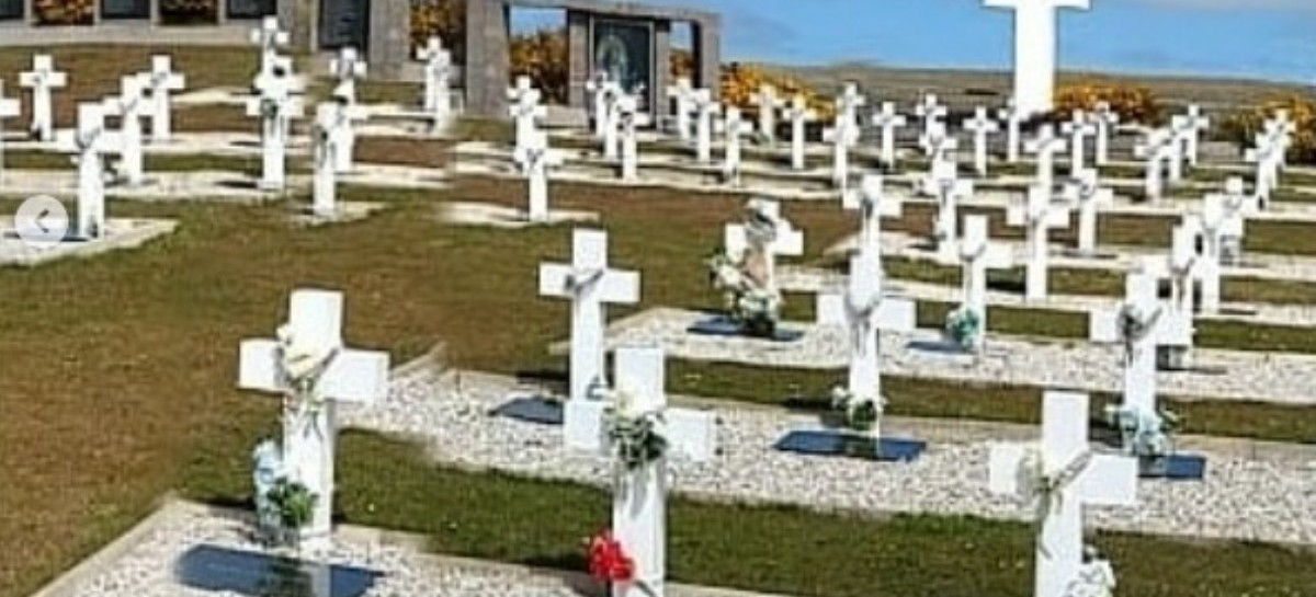 Islas Malvinas: Una bandera del Astillero Río Santiago llegó al cementerio argentino de Darwin