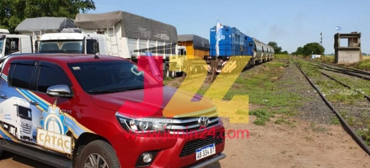 """Camioneros dicen que """"por culpa del tren"""" tienen menos trabajo: impiden su partida en Junín"""
