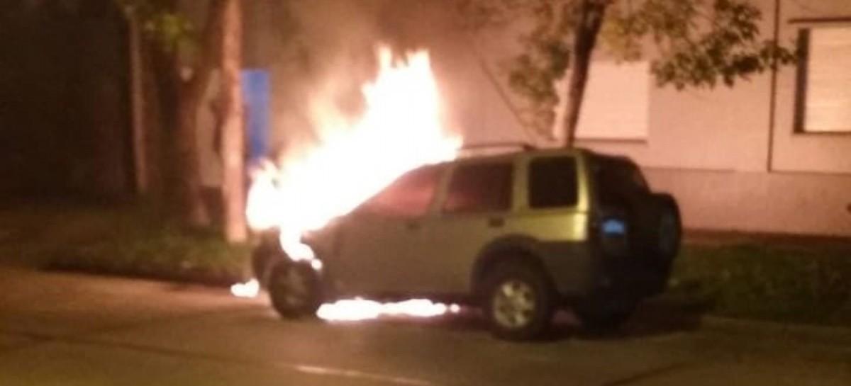 """Con muchas dudas de los vecinos de las víctimas, denuncian el retorno de """"quemacoches"""" en La Plata"""
