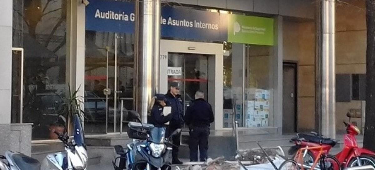 Un policía bonaerense, borracho, se olvidó las llaves adentro del auto y abrió la puerta con un tiro