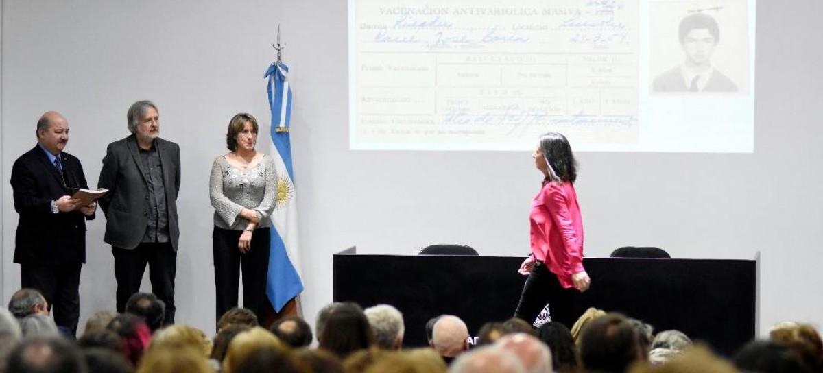 La UNLP entregó legajos reparados de víctimas de la dictadura militar en la Facultad de Arquitectura