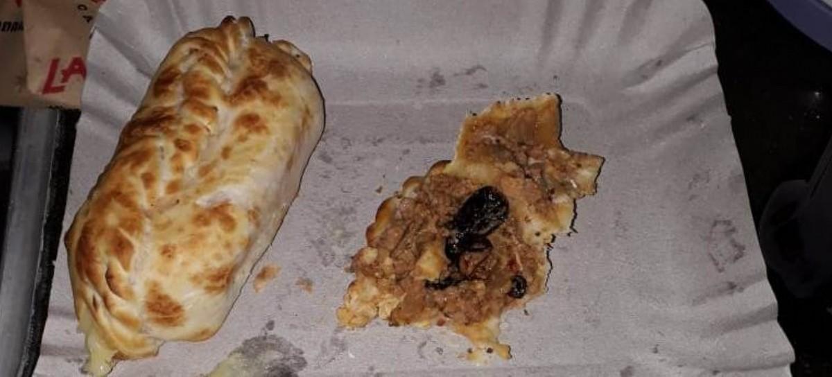 Desagradable: encontró una cucaracha dentro de una empanada de carne