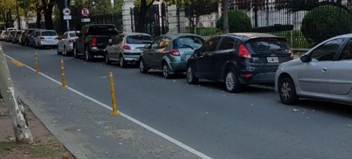 Sin lugar para estacionar en el centro de La Plata: otra prueba más de la inexistencia de cuarentena