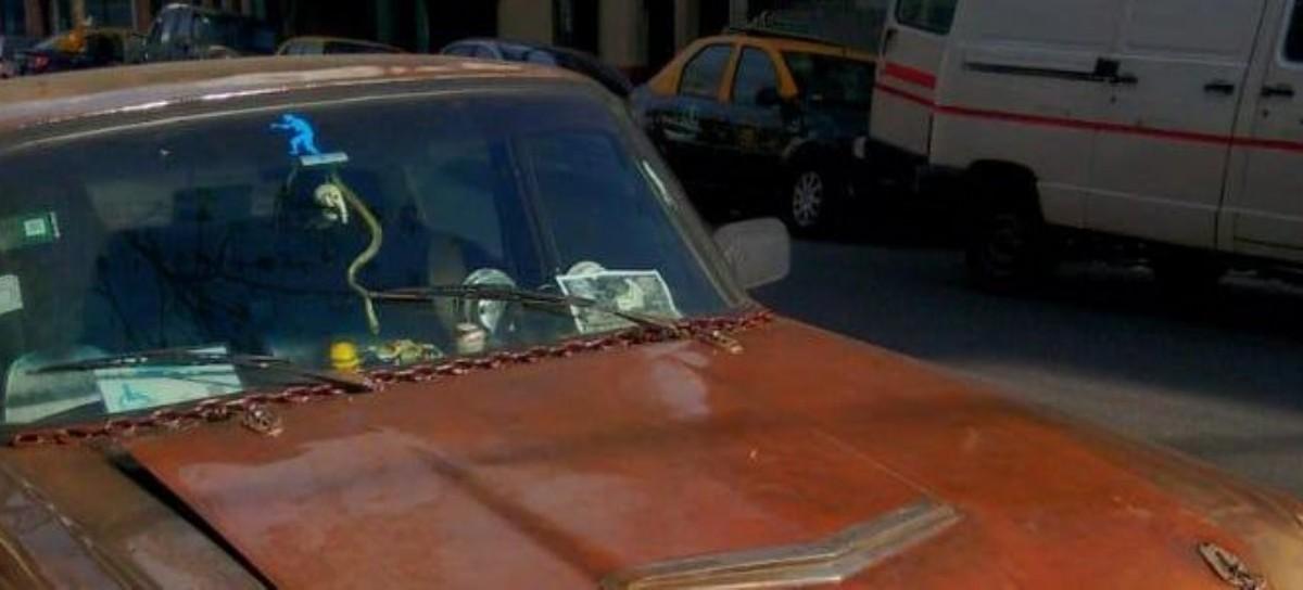"""Amó tanto al auto que el hijo le hizo el """"homenaje merecido"""": colocó su calavera en la parrilla"""
