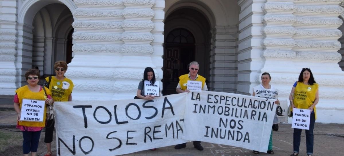 Integrantes de la Asamblea de Inundados Tolosa llevaron su reclamo al Palacio Municipal de La Plata