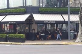 La Plata: como si nada, algunas confiterías del centro están abiertas con atención al público