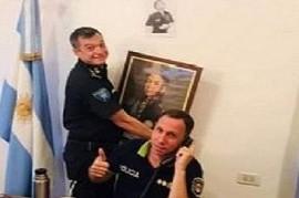 """Dos Policías bonaerenses, de lo más """"graciosos"""" con el general José de San Martín"""