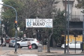 Con juego de palabras y logo de reconocido laboratorio, un candidato busca instalarse en La Plata