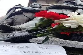 """""""Perdón por la Traición"""", dice un cartel con flores colocado en la tumba del ex presidente Alfonsín"""