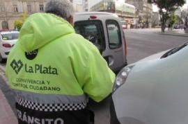 """VIDEO: Policía bonaerense debe intervenir a funcionarios de tránsito que circulan en coche """"vencido"""""""