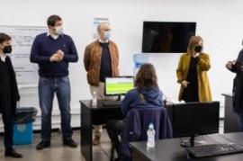 UNLP: Kicillof visitó el Centro de Telellamadas de seguimiento a contactos estrechos de COVID-19