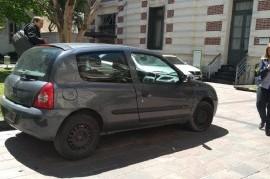 El destino más esperado: el Clío de Kicillof, en el playón de estacionamiento de la  Gobernación