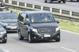 Tras casi un día de demora, el presidente Mauricio Macri llegó para despedir a su padre fallecido