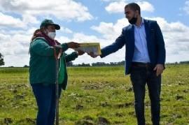 Castelli: el intendente Echarren entregó 22 hectáreas a la Unión de Trabajadores de la Tierra