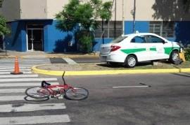 Para no atropellar a un ciclista, el taxista subió a la rambla y chocó una llave maestra de gas