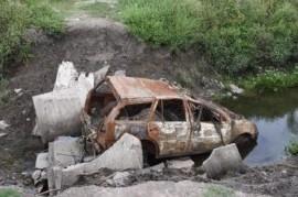 El colmo: en La Plata bloquearon el desagüe de un canal con un auto