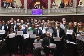 """Senador Romero: antes de la última sesión posó con el cartel """"Mirá cómo nos ponemos""""-""""No es No"""""""