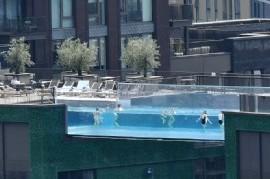 Todo es posible: una piscina transparente y flotante, suspendida a 35 metros de altura