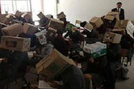 México: para que no se copien, un maestro les colocó a los alumnos cajas de cartón en la cabeza